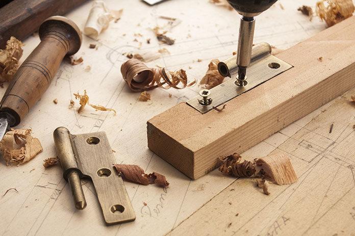 Dlaczego warto zdecydować się na meble wykonane z litego drewna