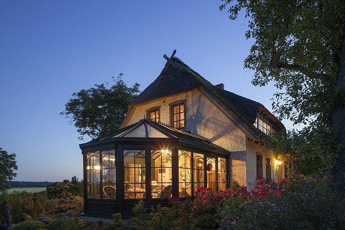 Oświetlenie zewnętrzne domu i ogrodu - o czym warto pamiętać?